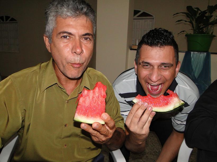 Irmão Edvaldo e Gustavo depois da janta.